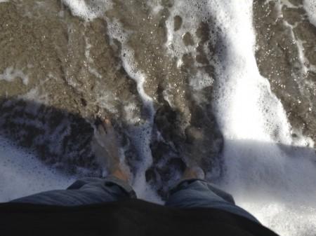 Mit den Füßen im Wasser der Westseite des Atlantiks