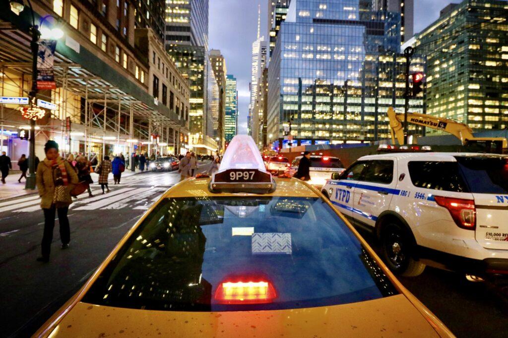 New York Taxi auf der 42nd Street in Midtown Manhattan